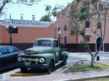 有一个白色星的福特F-1卡车在葡萄酒车展 利马 库存照片