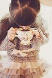 有一个白色杯子的儿童女孩热的饮料 库存图片