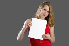 有一个白色标志的一名可爱的白肤金发的妇女 您的文本的斑点 免版税图库摄影