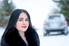有一个的少妇的图片一辆汽车的一个问题在wint 免版税图库摄影