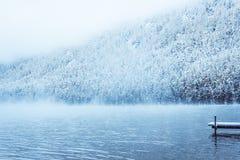 有一个码头的Winter湖小船的 免版税库存照片