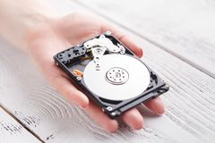 有一个硬盘的硬盘驱动器女性在手上 免版税图库摄影