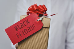 有一个礼物盒的人有文本黑色的星期五 免版税图库摄影