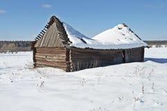 在雪之下的老木谷仓 库存照片