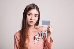 有一个空插件的年轻亚裔妇女 库存照片