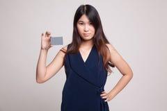 有一个空插件的年轻亚裔妇女 免版税库存照片