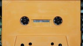 有一个空白的白色标签的卡型盒式录音机磁带 影视素材