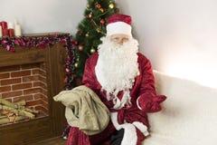 有一个空的袋子的圣诞老人 免版税库存图片
