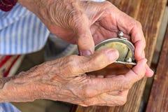 有一个空的钱包的老妇人 免版税库存图片