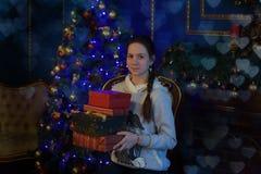有一个箱子的青少年的女孩有一件礼物的在手上 库存照片