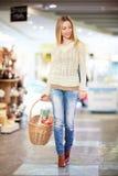 妇女在商店 免版税库存图片