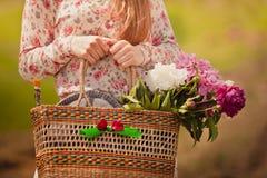 有一个篮子的村庄女孩在手上 库存照片