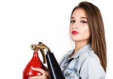 有一个红火灭火器的性感的肉欲的女性消防队员 库存照片