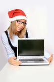有一个红色圣诞老人帽子的女实业家 免版税图库摄影