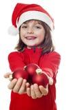 有一个红色圣诞老人盖帽的小女孩 库存照片