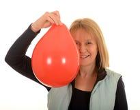 有一个红色气球的妇女 免版税库存照片