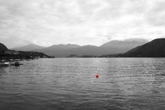 有一个红色浮体的幽静帆船在科莫湖在意大利, 免版税图库摄影