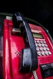 有一个红色电话和一个黑电话的街道箱子 免版税图库摄影