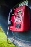 有一个红色电话和一个黑电话的街道箱子 图库摄影