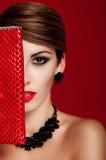 有一个红色钱包的美丽的女孩 构成 赞誉 免版税库存照片