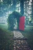 有一个红色门的拱道 库存图片