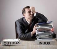 有一个纸叠的被注重的办公室工作者 库存图片