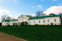 有一个绿色屋顶的一个雪白房子在计数列夫・托尔斯泰庄园在Yasnaya Polyana在2017年10月 免版税图库摄影