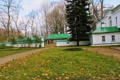 有一个绿色屋顶的一个雪白房子在计数列夫・托尔斯泰庄园在Yasnaya Polyana在2017年10月 免版税库存照片