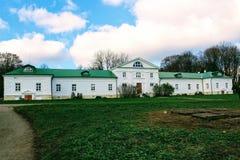 有一个绿色屋顶的一个雪白房子在计数列夫・托尔斯泰庄园在Yasnaya Polyana在2017年10月 库存图片
