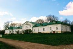 有一个绿色屋顶的一个雪白房子在计数列夫・托尔斯泰庄园在Yasnaya Polyana在2017年10月 库存照片