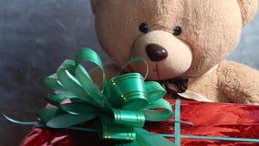 有一个绿色弓和玩具玩具熊的欢乐红色箱子得到礼物 非凡jifts和礼物概念 股票录像