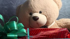 有一个绿色弓和玩具玩具熊的欢乐红色箱子得到礼物 非凡jifts和礼物概念 股票视频