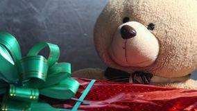 有一个绿色弓和玩具玩具熊的欢乐红色箱子得到礼物 非凡jifts和礼物概念 影视素材