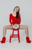 有一个美好的图的女孩在紧身超短裙的一件时髦红色礼服和红色高跟鞋和平台为pa穿戴了 免版税库存照片