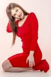 有一个美好的图的女孩在紧身超短裙的一件时髦红色礼服和红色高跟鞋和平台为pa穿戴了 库存图片
