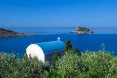 有一个美好的爱琴海风景的希腊教会 免版税图库摄影