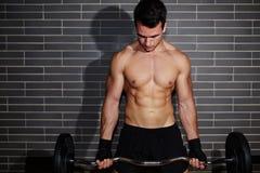 有一个美好的肌肉图的性感的人参与一家昂贵的体育俱乐部 图库摄影