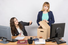 有一个羞愧的姿态的办公室妇女搅乱了被遣散的同事 免版税库存照片