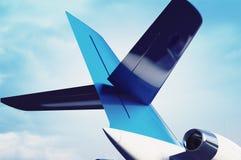 有一个翼的零件的私有航空器喷气机引擎在天空backgro的 免版税库存照片