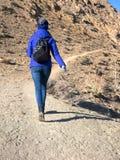 有一个背包的一个女孩在山的容易的步行 图库摄影