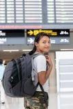 有一个背包的旅行的妇女在她 免版税库存照片