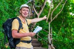 有一个背包的游人在亚洲密林 免版税库存图片