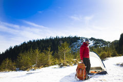 有一个背包的登山人在帐篷附近 免版税库存照片