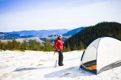 有一个背包的登山人在帐篷附近 免版税图库摄影