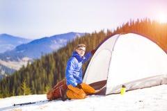 有一个背包的登山人在帐篷附近 库存照片
