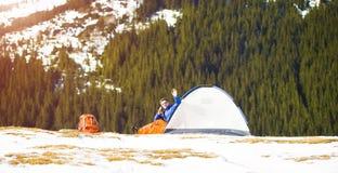 有一个背包的登山人在帐篷附近 库存图片
