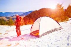 有一个背包的登山人在帐篷附近 图库摄影