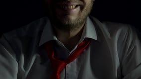 有一个胡子的一个人在白色衬衫和领带大笑,讽刺地,特写镜头,黑背景,咯咯笑 影视素材