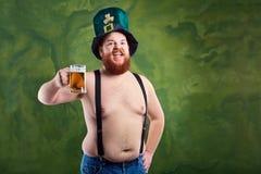 有一个胡子的一个肥胖人在圣帕特里克` s衣服微笑着与上午 图库摄影