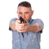 有一个胡子的严肃的成人人在夏天衬衣的一个蓝色蝶形领结有在手拉手瞄准您的一个火器的被隔绝的白色的 免版税图库摄影